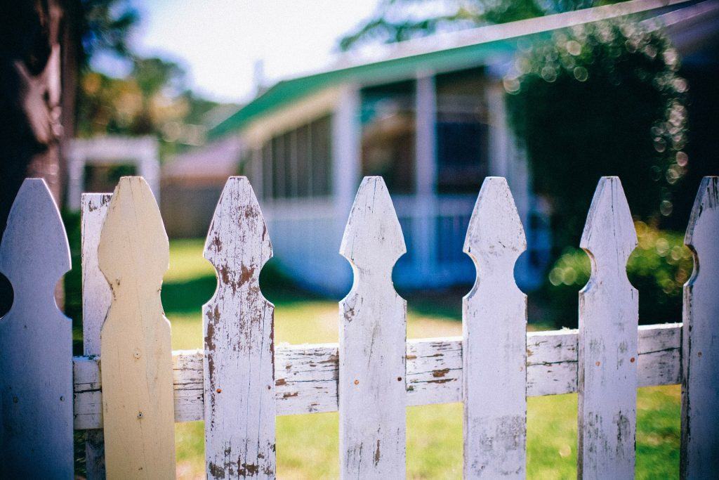 Looking for advice about neighbors... Image from Pixabay